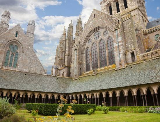 Le cloitre de l'abbaye du Mont